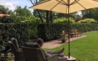 Uitvaartondernemer De Zwaan schenkt Demeter een comfortabele loungeset